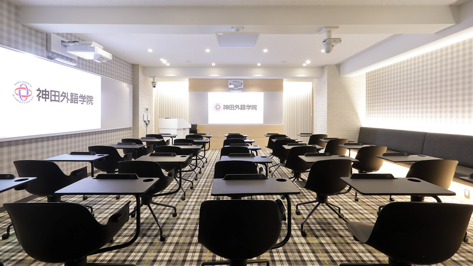 【専門学校】神田外語学院様 | オンライン授業でも教室にいるかのような没入感を実現した未来型の教室 | Microflex Advance MXA910、IntelliMix P300