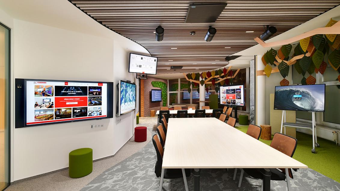 Потолочные микрофонные массивы MXA910 позволяют разделить помещения для встреч в штаб-квартире AV Media