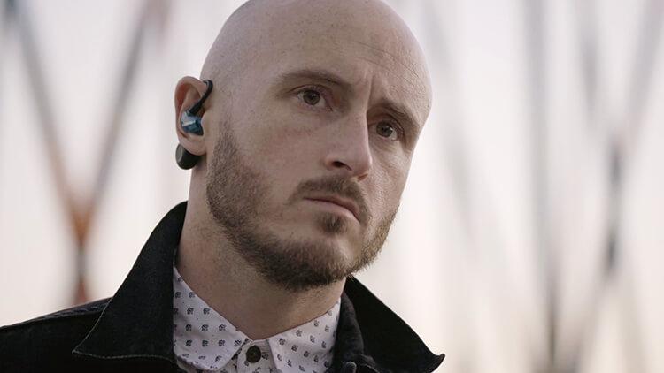 Man wearing Aonic 215 earphones